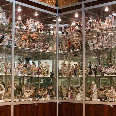 коллекция старинных фарфоровых статуэток