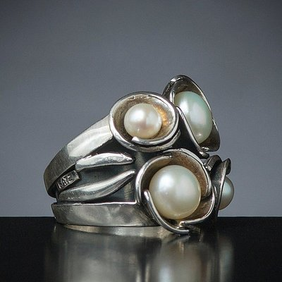 Streling silver ring with fresh water pearls