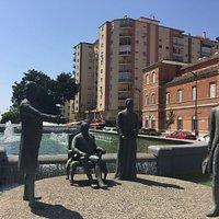 Samling bronze skulpturer forestillende familien Galvez. Beliggende nær hovedbanen på en bro.