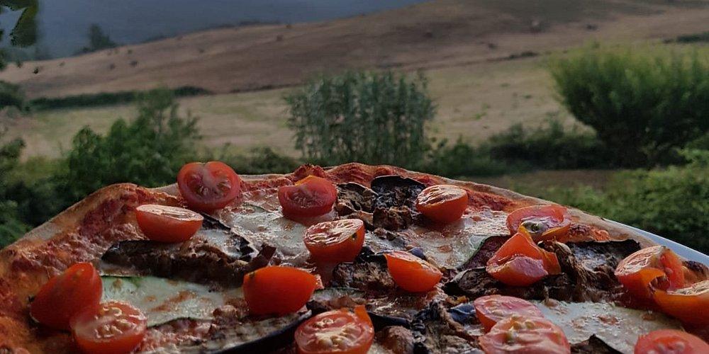 La pizza mangiata davanti ad un panorama mozzafiato