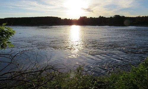 le soleil  miroite sur la rivière