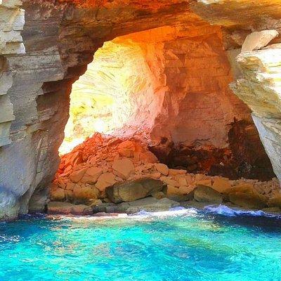 Visita de formaciones rocosas y cuevas del litoral