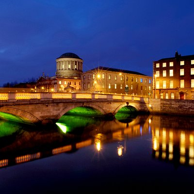 Photo of the four courts in Dublin at night time