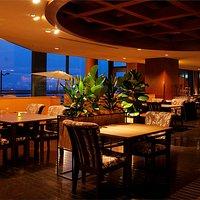 海が見えるマリーナバー&レストランの内観