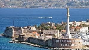 Stretto di Messina, il porto di Messina con la Madonnina del porto.