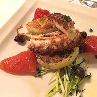 Polipo alla piastra, patate schiacciate, pomodoro arrostito, zucchine, olive taggiasche