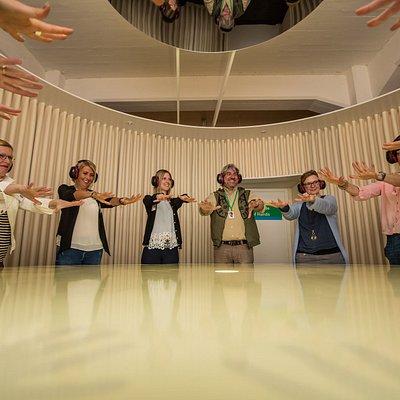 Besucher beim Tanz der Hände in der Ausstellung Dialog im Stillen