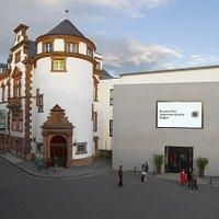 Auf der Fassade des Museums zeigt ein großer Videoscreen, was die Besucher innen erwartet.