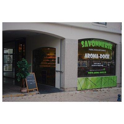 La savonnerie AROMA-DOCK, vue de la place de La Roche-Posay.