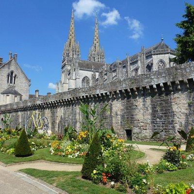 cathédrale st corentin et les remparts de quimper
