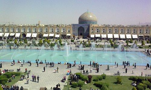 La piazza Naghsh-e jahàn.ossia L'immagine del mondo.tra il 1598 e il 1629, includa moschea e pal