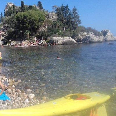 Approdo veloce all'Isola Bella dopo una bellissima passeggiata lungo la costa di Giardini Naxos.