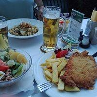 Cordon Bleu con ensalada y Käse Spätzle