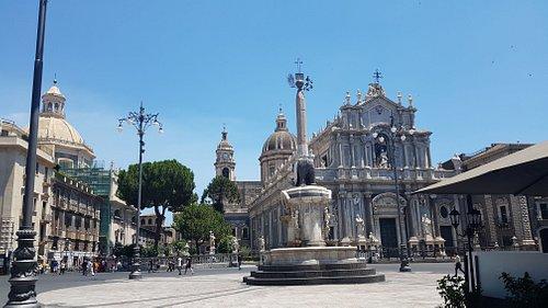 Domkirken og pladsen foran.