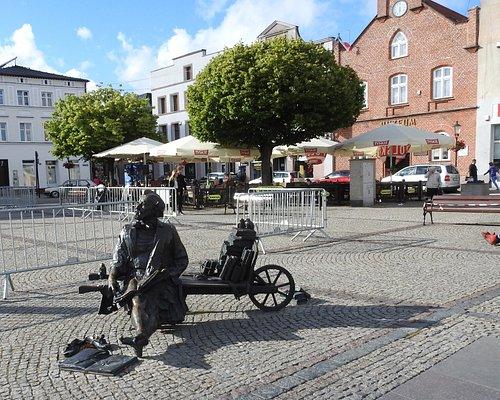 Dawny ratusz - dziś muzeum i ciekawy pomnik na rynku