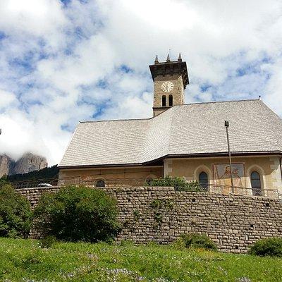 Esterno della chiesa con alle spalle il Sasso lungo