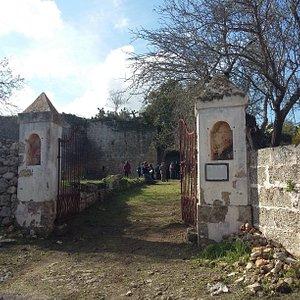 Il cancello di ingresso al castello