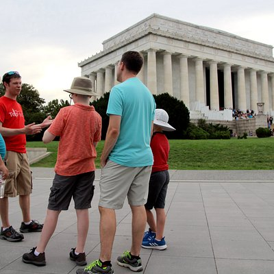 Rob leads a tour at the Lincoln Memorial