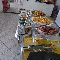 Refeição com preciso acessível e grande variedades de comida.