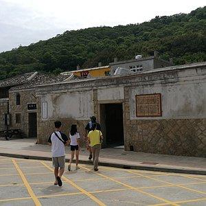 坂里大宅入口,左側的作為民宿