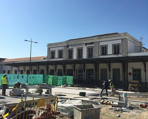 レール工事中で電車が使えず、antequera santa anaからgranadaは、バス移動。バスはRENFE駅に到着。
