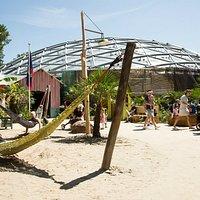 Het voorplein en de dome waarin je Belize betreedt