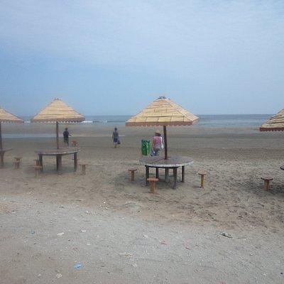 La playa cuenta con mesitas rusticas para poder comer algo o descansar.