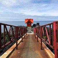 鉄橋を渡って海に突き出た岩場へ