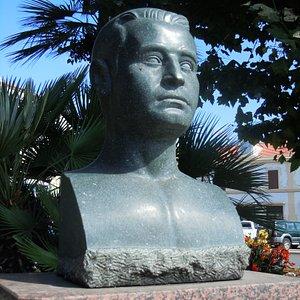 Le buste sur le socle