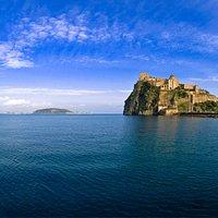 Il Castello visto dal mare, con Vivara alle spalle