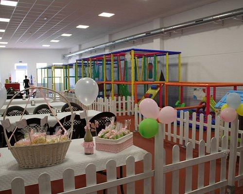 Vista desde el fondo del parque de bolas preparado para una fiesta de cumpleaños.