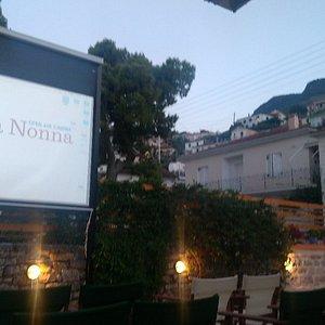 Den lille open aircondition biograf med noget af byen til højre op i bjergene.