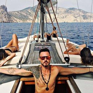 Día increíble a bordo de este maravilloso velero, Navegar en el con su patrón Raul es una gozada