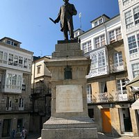 Plaza Maior in Viveiro met beeld van beroemde inwoner Pastor Diaz
