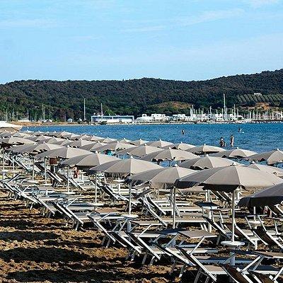 """Spiaggia la Darsena, con lettini ed ombrelloni servita dal Bar/Trattoria sul mare """"Il balugano"""""""