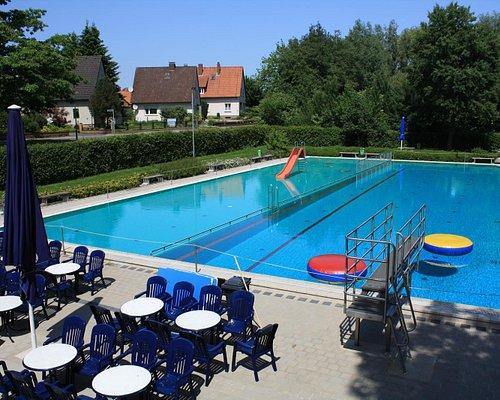Sitzbereich, Sprungturm und Schwimmbecken (aufgeteilt in Nichtschwimmer- und Freischwimmerbereic