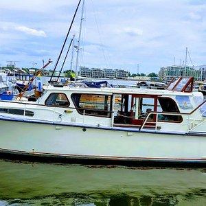 Varen en logeren op dit klassiek, comfortabel en sfeervol motorjacht in Amsterdam.