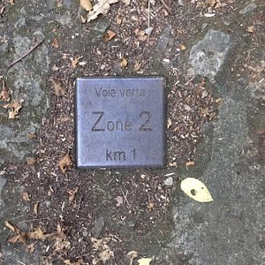 Plusieurs marques au sol pour indiquer la zone et le kilométrage. Comme les anciennes bornes