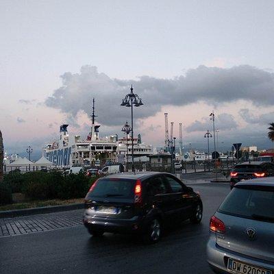 Autobusy z Milazza vyrážejí od přístavu