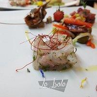 Antipasto dello chef con tartare di tonno.