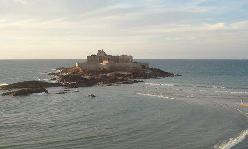 La marée montante ferme l'accès au Fort National à partir de la plage de l'Eventail