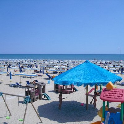 Ampia spiaggia di sabbia fine e dorata. Il lido offre ai propri clienti un'ampia area giochi