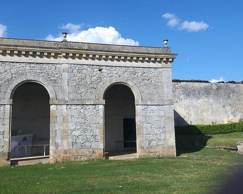 Bâtiment en ruine devant le château