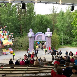 """""""Ehtoolehdon sankarit"""" play at the Pyynikki Summer Theatre"""