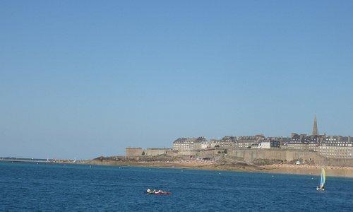 Plage de Bon Secours à gauche et plage du Môle (à droite) vues de la mer