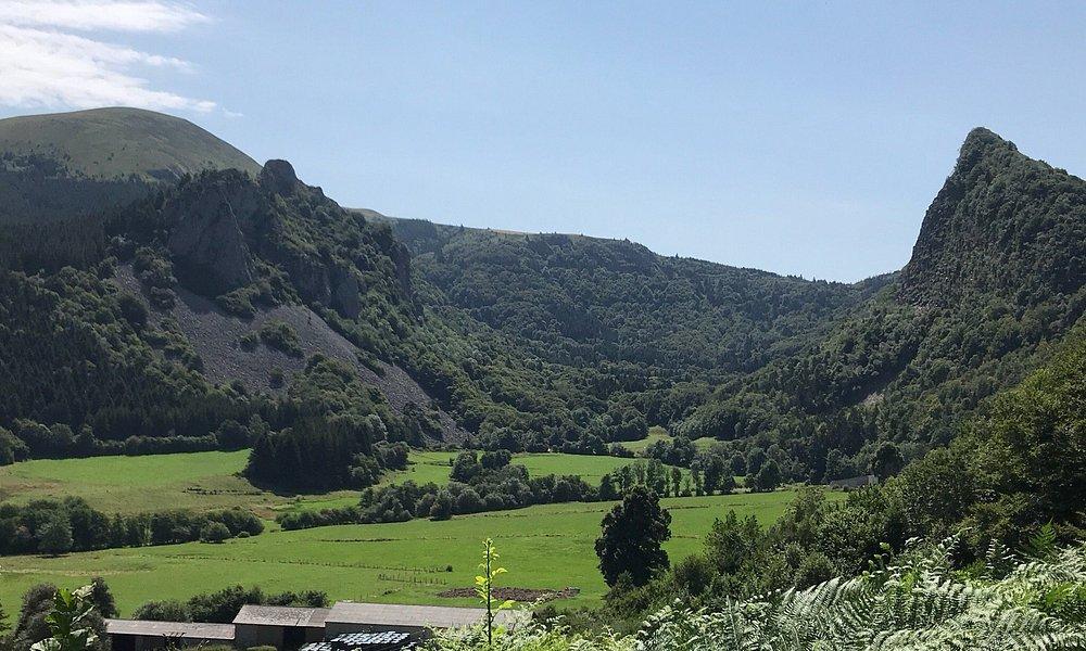 Les roches tuilière et Sanadoire vues de la vallée au village du cros