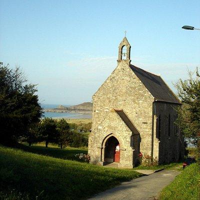 Vue de la chapelle ND du Verger, construite au-dessus de l'anse du même nom (visible au second p