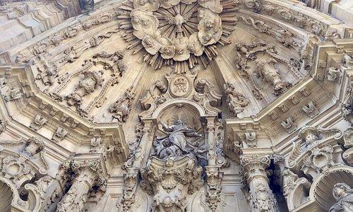 Detalles del muy elaborado fronton de la entrada principal.