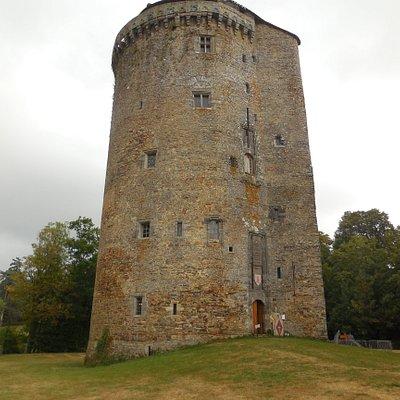 La tour , reste d'un château médiéval, est en bon état.