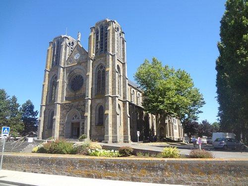 La façade et un côté de l'église ND des Grèves